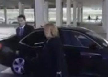Del videoja, Gent Cakaj pret që t'i hapi derën e makinës gruaja në moshë (VIDEO)