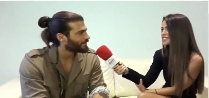 Aktori i famshëm turk me origjinë shqiptare i propozon gazetares në mes të intervistës, ajo e befason me përgjigjen (VIDEO)