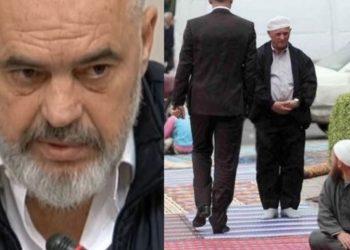 Sali Berisha publikon foton: Thërret Allahun njeriu që shkelte me këpucë sexhdet-et e muslimanëve (FOTO)