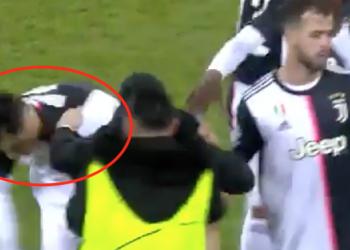 """Tifozi """"tërbon"""" Ronaldon, futet në fushë dhe e kap nga qafa (VIDEO)"""