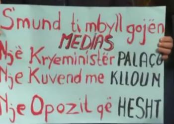 Gazetarët dalin në protestë me pankarta në duar: S'mund ti mbyll gojën medias një kryeministër palaço