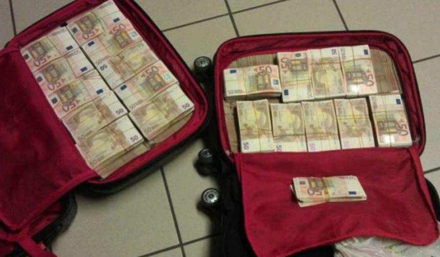 """Shqiptarit i """"fluturojnë"""" paratë nga çanta, policët e aeroportit habiten me shumën"""