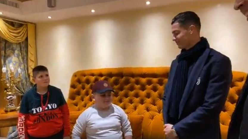 """""""Të pëlqen të filmosh""""! Ronaldo flirton me njeriun e Ramës, futbollisti """"provokon"""" personazhin misterioz (VIDEO)"""