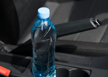 Mbani gjithmonë një shishe ujë në makinë? Ja se çfarë rreziku mund që t'iu kanoset
