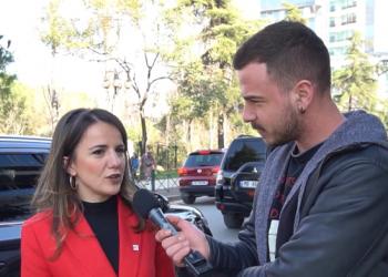 """Po ti kush je?"", Rudina Hajdari surprizohet nga gazetari (VIDEO)"