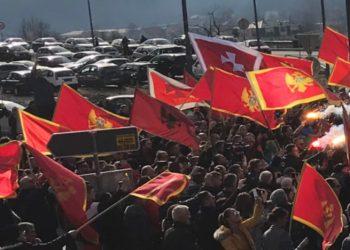 Në mes tyre edhe flamuri shqiptar, nacionalistët malazezë protestë kundër serbëve (VIDEO)