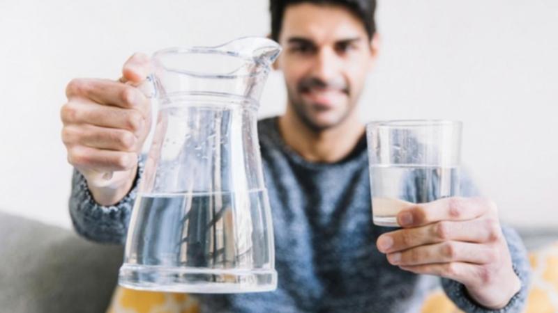 5 simptomat që tregojnë se duhet të pini ujë menjëherë
