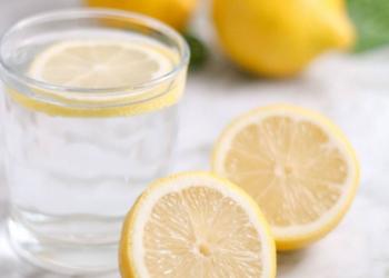 A është e dëmshme pirja e ujit me limon