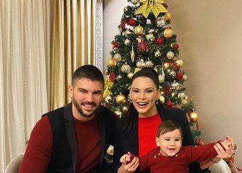 Pranë pemës, Almeda, Tolga dhe Efehan urojnë Gëzuar 2020-ën (FOTO)
