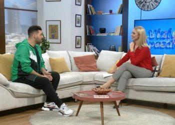 Këngëtari shqiptar tregon si e puthi 25 herë vajzën e klipit