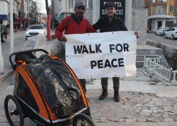 Muslimani që 'ecën për paqe', shkon në këmbë nga Londra në Mekkë