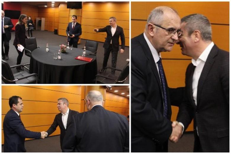 Momentet që nuk u panë në TV! Opozita dhe maxhoranca ulen në një tavolinë, tërheq vëmendjen sjellja e Rudina Hajdarit (FOTO)