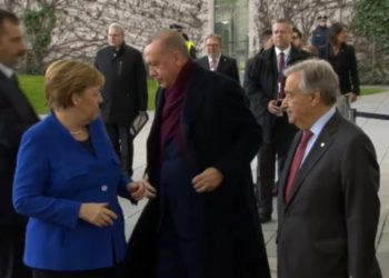 Momenti kur Merkel sa nuk ia hoqi pallton Erdoganit (VIDEO)