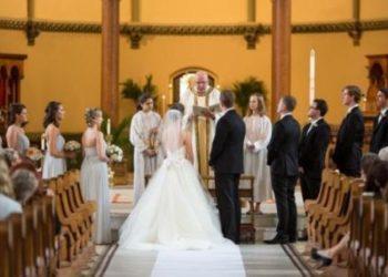E çoi deri në altar, nusja i bën të papriturën e madhe dhëndrit në sy të të ftuarve