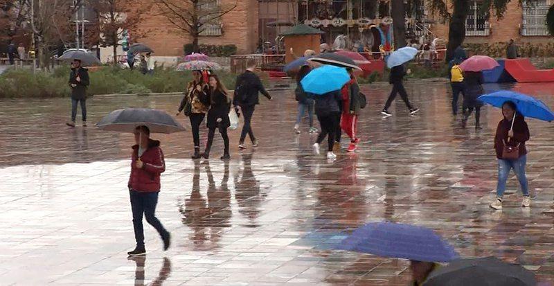 Reshjet e mëdha të shiut! Sinoptikanët tregojnë se kur do ndalen reshjet