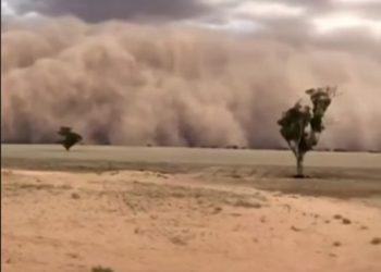 Pamje të frikshme, qyteti përfshihet nga stuhia e rërës (VIDEO)