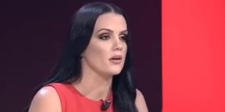 Zv.kryetarja e partisë së Gjuzi: Kisha fëmijën sëmurë, polici me ngacmonte në rrugë (VIDEO)