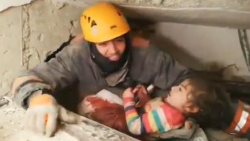 E përqafuar me nënën, nxirren gjallë nga rrënojat pas 24 orësh. Pamjet prekëse bëjnë xhiron e botës (VIDEO)