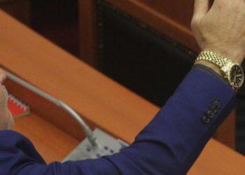 Deputeti del jashtë pritshmërive, shkon në Parlament i pakrehur dhe me kollare gjithë njolla (FOTO)