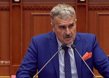 Kujtim Gjuzi del jashtë parashikimeve, i bën dhuratën e papritur deputetit të PS në mes të Kuvendit: E kam ruajtur prej 10 muajsh (FOTO)