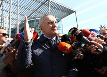 Pasi dorëzoi kallëzimin penal për ministren Gjonaj, Meta përshëndet para SPAK me simbolin e veçantë (FOTO)