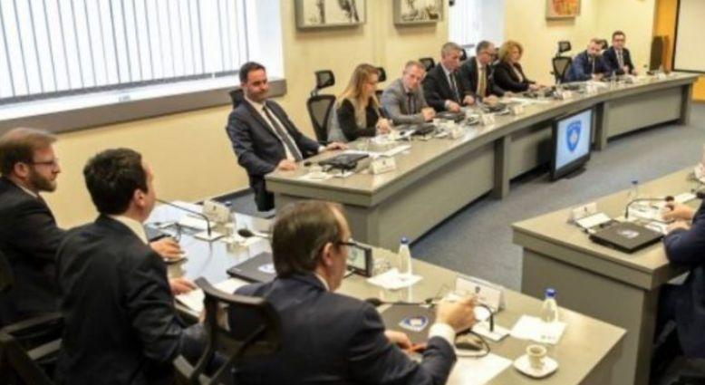 Ish-ministri: Kurti le të merret edhe me mbi 200 zyrtarë serb që marrin paga pa shkuar asnjë ditë në punë