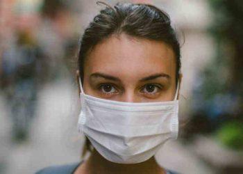 Virusi mund të qëndrojë në ajër, OBSH ndryshon qëndrim për maskat