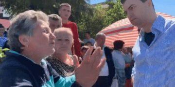 Lulzim Basha nuk pyet për koronavirus, shikoni çfarë bën me tregtarët dhe fermerët në Rrogozhinë (VIDEO)