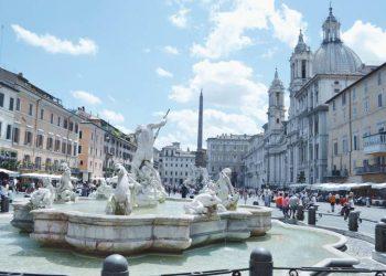 Italianët nuk i tremben më koronavirusit, baret dhe plazhet tejmbushen me njerëz