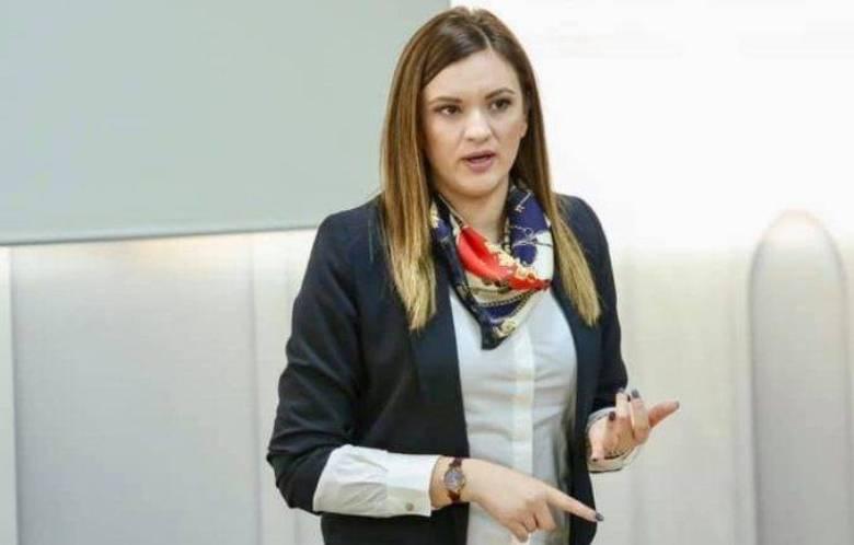 Pas arrestimit të babait, jep dorëheqjen zv/ministrja e Arsimit