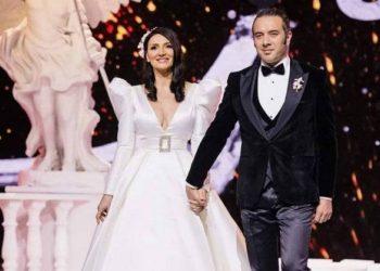 Nuk priti të kalojë pandemia, këngëtarja shqiptare vishet me fustanin e nusërisë
