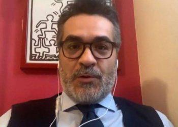 Mjekët shqiptarë në Itali u gjobitën nga 500 euro secili pas festës me birra dhe muzikë të lartë, gazetari i njohur italian zbardh të vërtetën