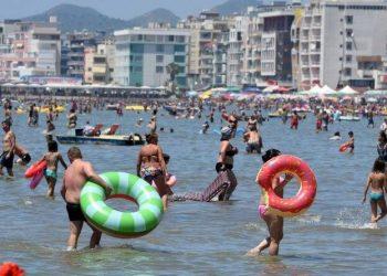 Epidemiologu i njohur qartëson gjithë shqiptarët dhe tregon çfarë ndodh në plazh me virusin