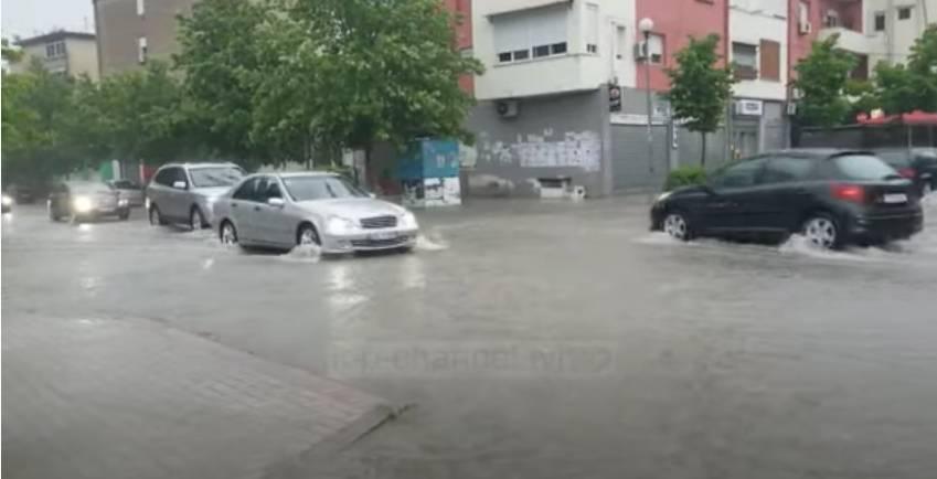 Moti i keq shkakton vështirësi për qarkullim në Durrës (VIDEO)