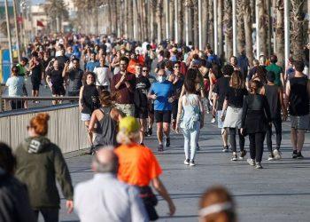 Spanja heq barrierat, mijëra njerëz dalin nëpër rrugët dhe plazhet e vendit