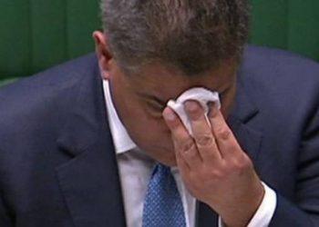 Fshiu ballin disa herë në Parlament, ministri dyshohet që të jetë prekur me Covid, bën testin pas seancës
