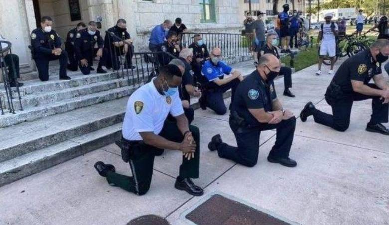 Të përgjunjur para protestuesve, policët amerikanë kërkojnë falje për Floyd