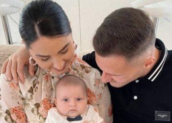 'Familja mbi gjithçka', Taulant Xhaka ndan portretin më të bukur krah bashkëshortes dhe djalit (FOTO)