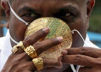 Indiani beson se maska e florinjtë $4,000 e mbron plotësisht nga Covid-19 (FOTO)