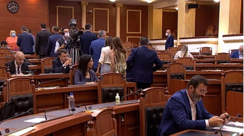 E papritur! Opozita parlamentare largohet nga Kuvendi, Murrizi zbulon arsyen e këtij vendimi: Pazar i pisët