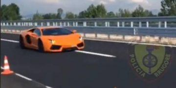 """""""Është e papranueshme"""", Policia 'kap mat' Lamborghinin me 236 km/h në By Pass-in e Fierit: Mos fluturoni (VIDEO)"""