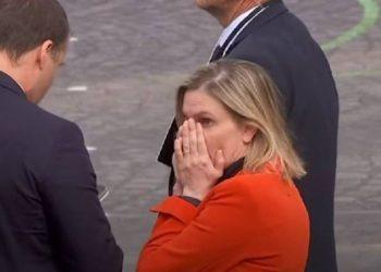 Harroi maskën në makinë, ministren franceze e zë paniku, videoja bën xhiron e rrjetit (VIDEO)