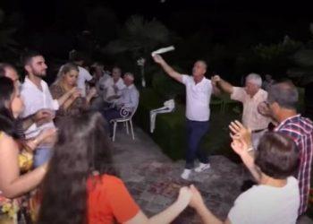 Covid-19 kthen dasmat në shtëpi! Shqiptarët nuk heqin dorë nga tradita. Ahengu në oborr për t'i shpëtuar gjobave në lokal (VIDEO)