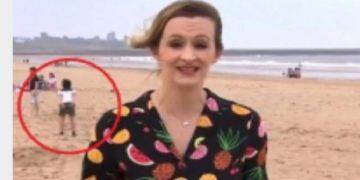 """Videoja që po bën xhiron e rrjetit! Gazetarja ishte """"live"""", por vëmendjen e rrëmben vogëlushi mbrapa saj"""