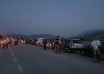 Kaosi në Kakavijë, pala greke ndërpret punën! Shqiptarët presin mëngjesin në makina