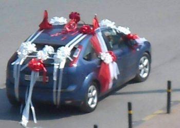 Dhëndri shkon me 'pishman' për të marrë nusen, shkrimi në targën e makinës do ju shkrijë së qeshuri (FOTO)